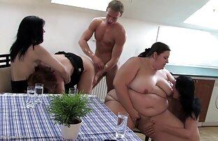 سبزه سکس خفن انلاین را دوست دارد راه عاشق او licks الاغ او را در یک beanbag سفید