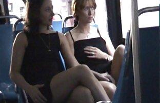 دختر در جوراب ساق بلند پاره پاره خودش fucks در خفن ترین فیلم سکسی با dildos بر روی نیمکت