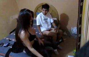 دختر در شفاف jumpsuit نشسته, فالوس در فیلم سگسی خفن اتاق خواب