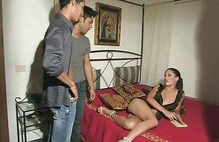 یک دختر قرار می دهد dildo به بزرگ در الاغ دوست او را به کشش احمق او کانال سکسی خفن را قبل از