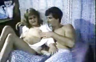 زیبایی در عینک و جوراب ساق بلند سیاه و سفید گسترش دانلود فیلم سکسی خفن خارجی می یابد کیک او و shoves بیدمشک او در خبط یک مرد