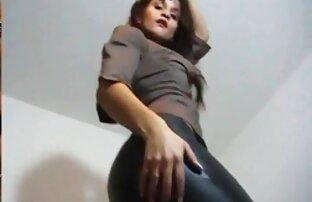 دختر باریک سکسیخفن در جوراب ساق بلند چراغ در خانه در مقابل دوربین
