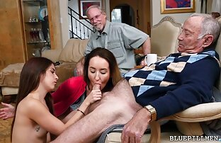 برهنه, سیاه, زن بازی خودش فیلمهای سکسی خفن خارجی را با انگشتان دست