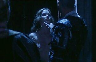 دختر دانلود فیلم سکسی خفن خارجی لاغر در ژاکت آبی پرشهای مهبل (واژن) خود را با dildo در بالکن
